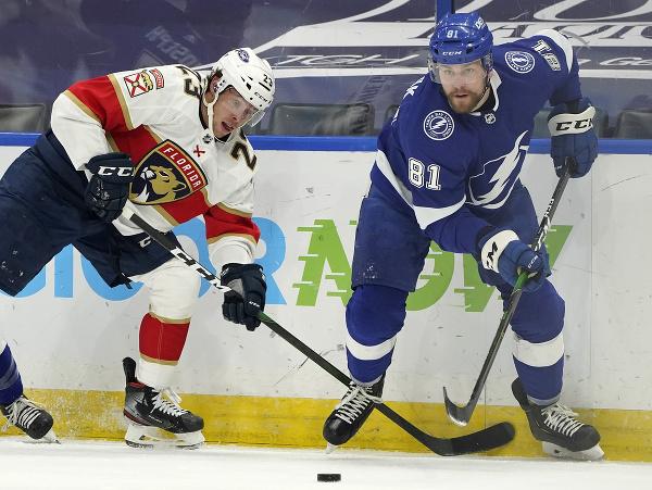 Erik Černák (v modrom) v súboji o puk