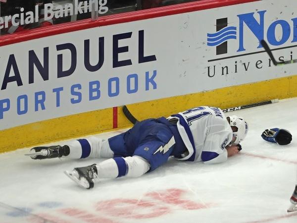 Erik Černák na ľade v bolestiach
