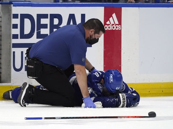 Jan Rutta zostal po tvrdom zákroku Barzala ležať na ľade