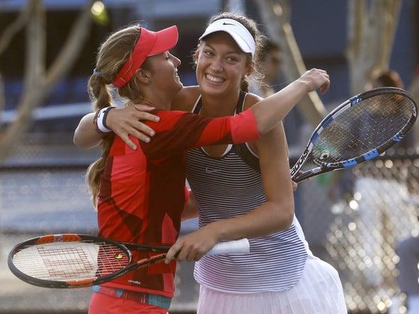 Tereza Mihalíková a Anna Kalinská sa radujú z titulu vo štvorhre