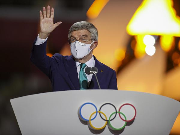 Prezident Medzinárodného olympijského výboru (MOV) Thomas Bach máva počas záverečného ceremoniálu XXXII. letných olympijských hier v Tokiu