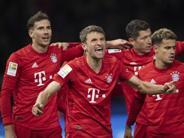 Hráči Bayernu pri oslavách gólu