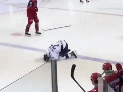 Timur Faizutdinov sa zrútil po zásahu pukom na ľadovú plochu