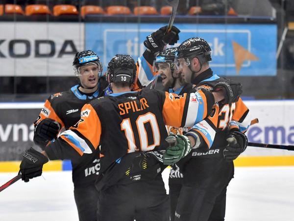 Na snímke michalovskí hokejisti sa tešia po strelení gólu