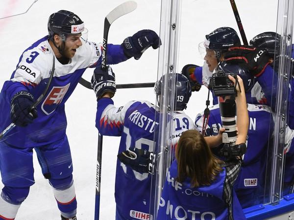 Slovenskí hokejisti sa tešia z gólu Tomáša Jurča