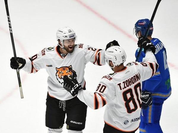 Bratia Tomáš a Hynek Zohornovci oslavujú gól v drese HC Amur Chabarovsk