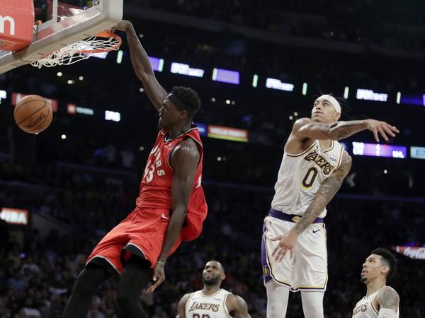 Pascal Siakam smečuje do koša Lakers