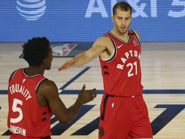 Hráči Toronta Matt Thomas (21) a Stanley Johnson (5)