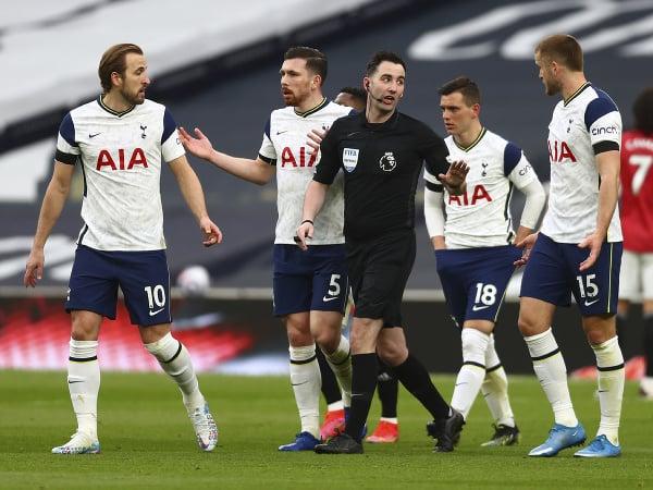 Hráči Tottenhamu v diskusii s rozhodcom