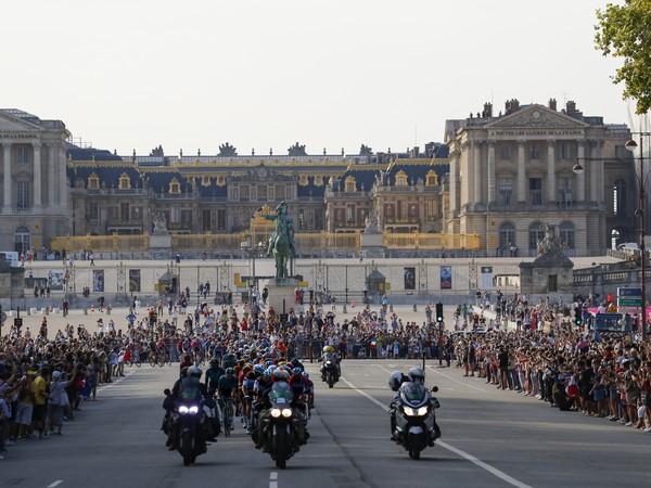 Pelotón cyklistov počas záverečnej 21. etapy pretekov Tour de France