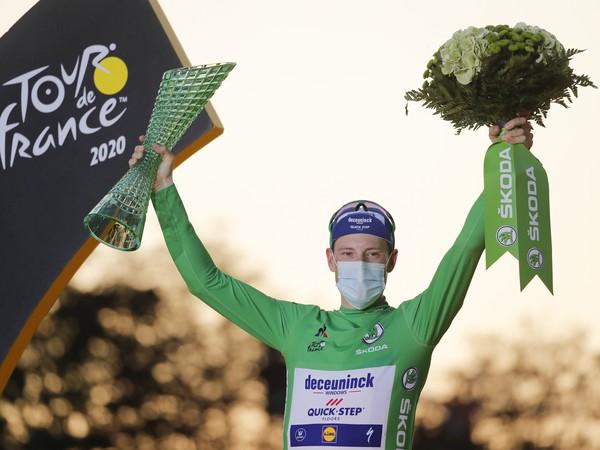 Ír Sam Bennett oslavuje na pódiu víťazstvo v súťaži o zelený dres najlepšieho šprintéra