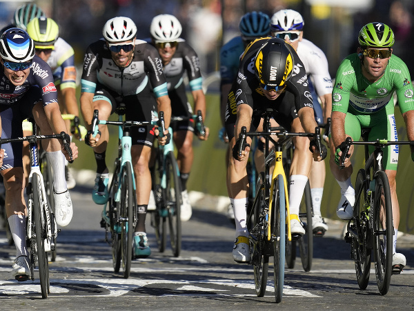 Wout van Aert finišuje špurt pred Markom Cavendishom