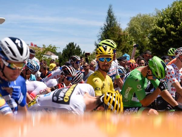 Peter Sagan a ďalší cyklisti pred štartom etapy
