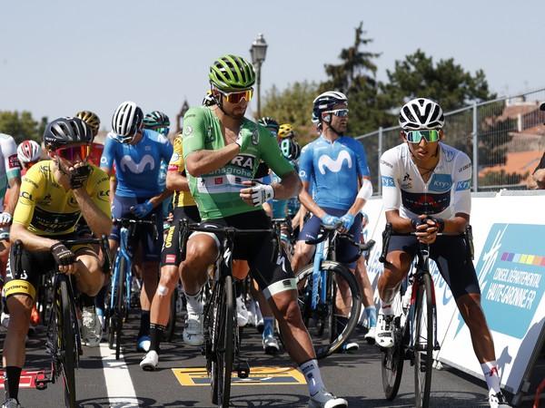 Slovenský cyklista Peter Sagan, Brit Adam Yates, Kolumbijčan Egan Bernal pred štartom