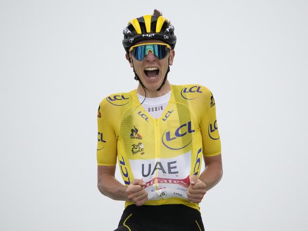 Tadej Pogačar sa raduje z triumfu v 17. etape Tour de France