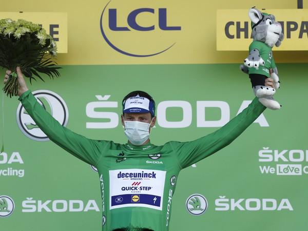 Sam Bennett v zelenom drese