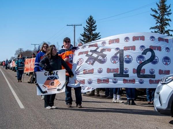 Fanúšikovia vytvorili obrovskú kolonu ako znak podpory pre Colbyho rodinu