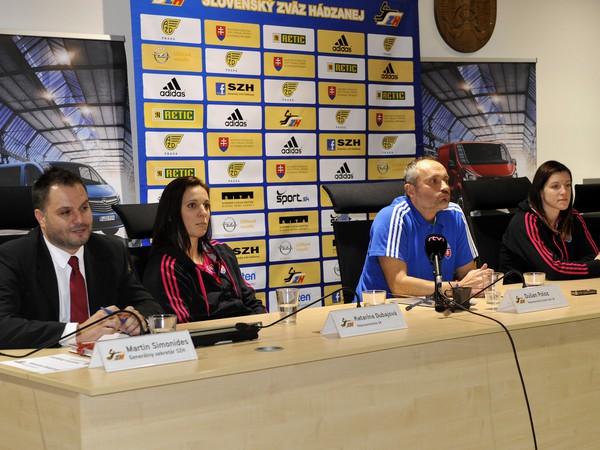 (Zľava) Generálny sekretár SZH Martin Simonides, hráčka Katarína Dubajová, tréner Dušan Poloz a hráčky Martina Školková a Petra Beňušková