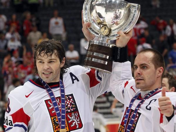 Tomáš Rolinek (vpravo) a Jaromír Jágr s vytúženou trofejou
