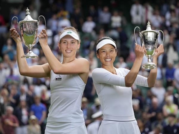 Su-Wei Hsieh a Elise Mertensová s víťaznými trofejami