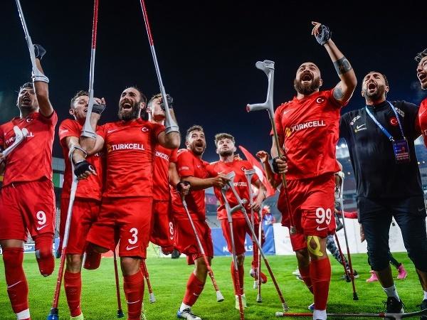 Hráči Turecka oslavujú titul majstrov Európy