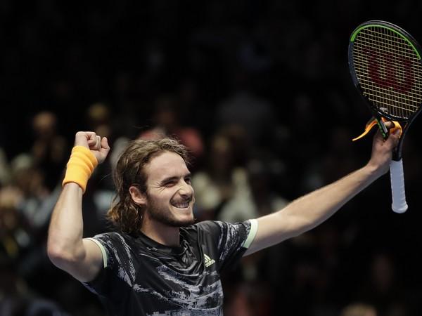 Stefanos Tsitsipas oslavuje triumf nad Rogerom Federerom
