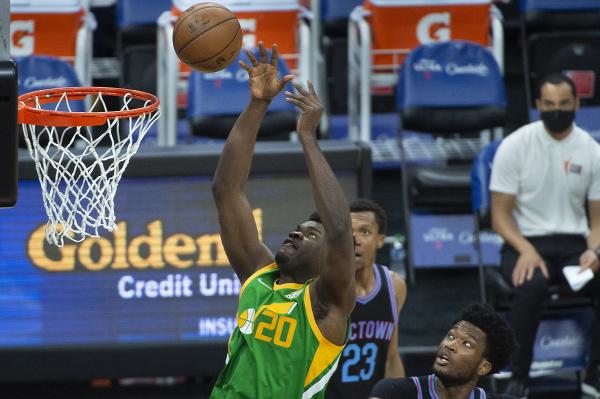 Basketbalista Udoka Azubuike (20) z Utahu Jazz strieľa na kôš