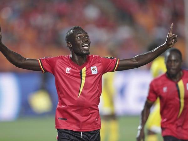 Hráč Ugandy Emmanuel Arnold Okwi oslavuje gól