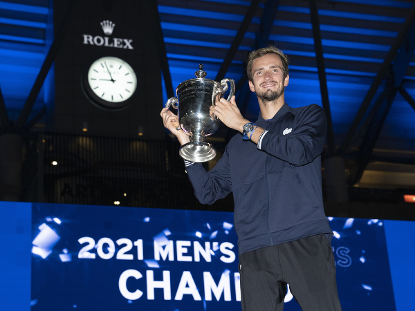Daniil Medvedev pózuje s trofejou US Open