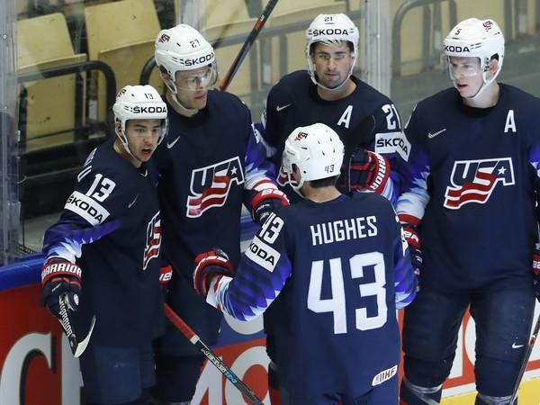 Anders Lee so spoluhráčmi oslavuje gól USA