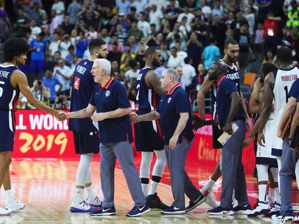 Americký tréner Gregg Popovich blahoželá francúzskym víťazom