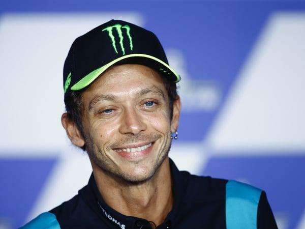Legendárny taliansky motocyklový pretekár Valentino Rossi počas tlačovej konferencie