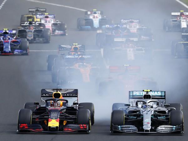 Holandský jazdec F1 Max Verstappen na Red Bulle (vľavo) a Fín Valtteri Bottas na Mercedese