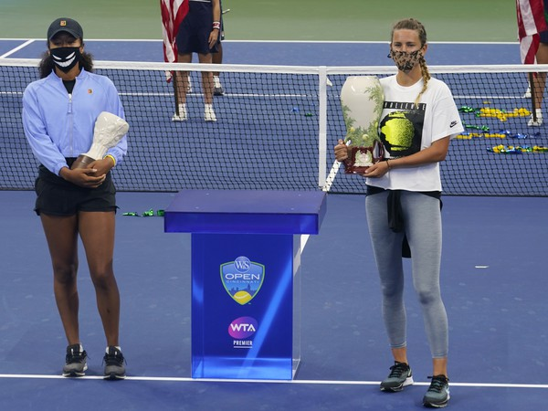 Naomi Osaková a Victoria Azarenková s trofejami
