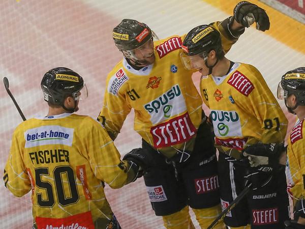 Hráči Viedeň Capitals sa radujú z gólu do siete Bratislava Capitals