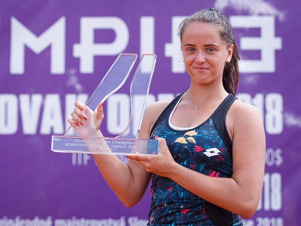 Viktória Kužmová pózuje s trofejou