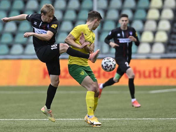 Na snímke zľava Peter Orávik (ViOn Zlaté Moravce), Dávid Ďuriš (MŠK Žilina) vo finálovom zápase play off FL o Európsku konferenčnú ligu MŠK Žilina - ViOn Zlaté Moravce