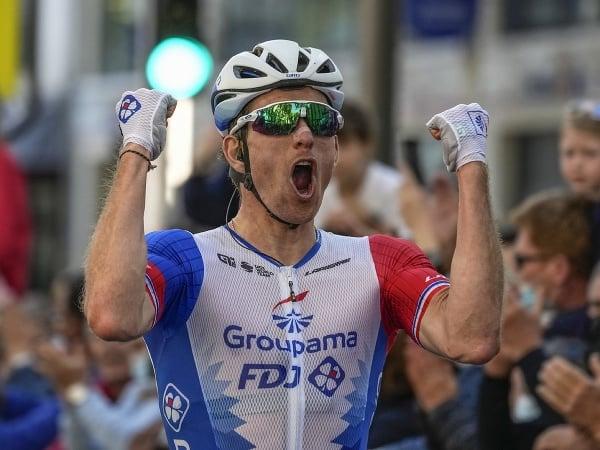Arnaud Démare a jeho víťazné oslavy