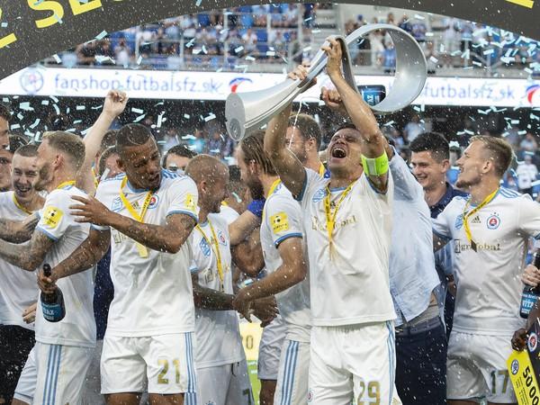 Futbalisti ŠK Slovan Bratislava s pohárovou trofejou