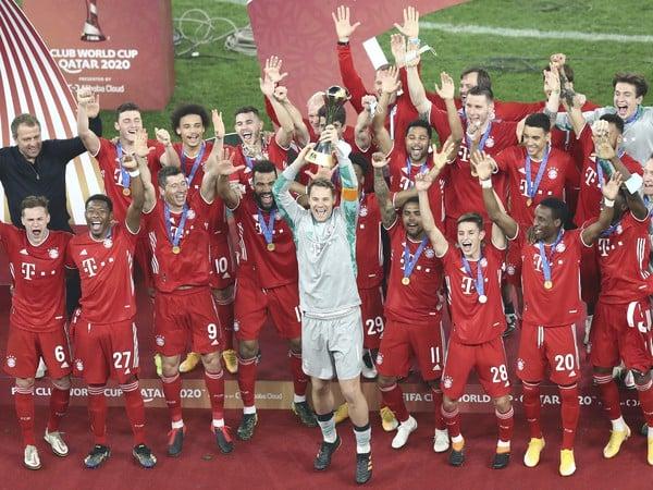 Futbalisti FC Bayern Mníchov s víťaznou trofejou