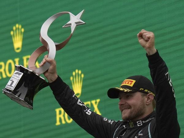 Fínsky pilot F1 Valtteri Bottas z tímu Mercedes sa teší z víťazstva na Veľkej cene Turecka formuly 1 na okruhu Intercity Istanbul Park v Istanbule