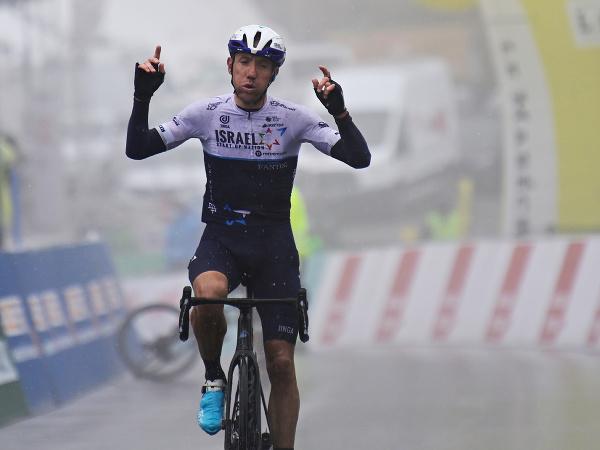 Kanadský cyklista Michael Woods sa teší z víťazstva v 4. etape