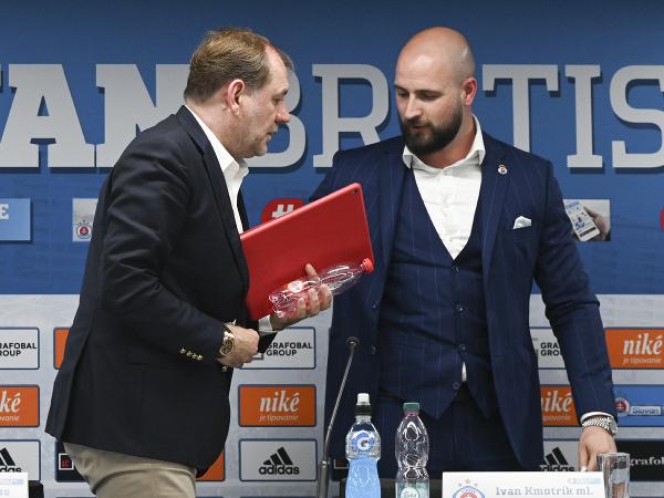 Vladimír Weiss (vľavo) a generálny riaditeľ ŠK Slovan Bratislava Ivan Kmotrík ml.