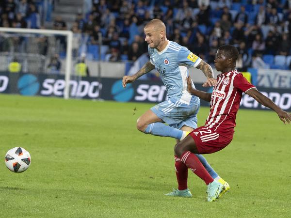 Na snímke vľavo Vladimír Weiss ml. (Slovan) a vpravo Aquibou Camara (Pireus)