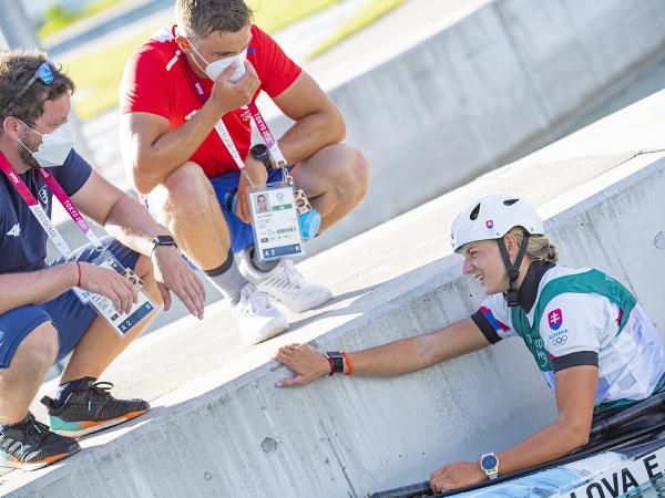 Na snímke slovenská reprezentantka vo vodnom slalome Eliška Mintálová s trénerom Petrom Cibákom a Lukášom Giertlom pred finálovou jazdo