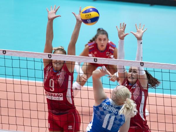 Na snímke v popredí Hanna Klimetsová (Bielorusko) na sieti vľavo Jaroslava Pencová a vpravo Mária Kostelanská (obe Slovensko) v zápase D-skupiny ME vo volejbale žien Slovensko - Bielorusko