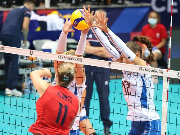 Momentka zo zápasu C-skupiny vo volejbale žien Slovensko - Bielorusko