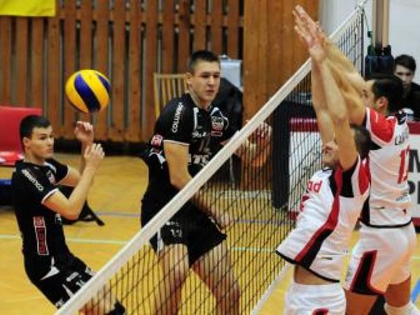 Hráči Trenčína vľavo Ján Vašek, druhý zľava Peter Ondrovič, vpravo blokujú hráči Prešova, bližšie Matej Faroň a Tomáš Lampart
