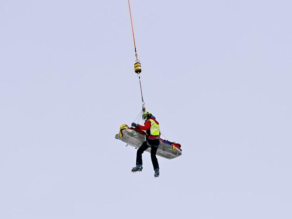 Vrtuľník preváža rakúsku lyžiarku Ninu Ortliebovú po ťažkom páde na tréningu