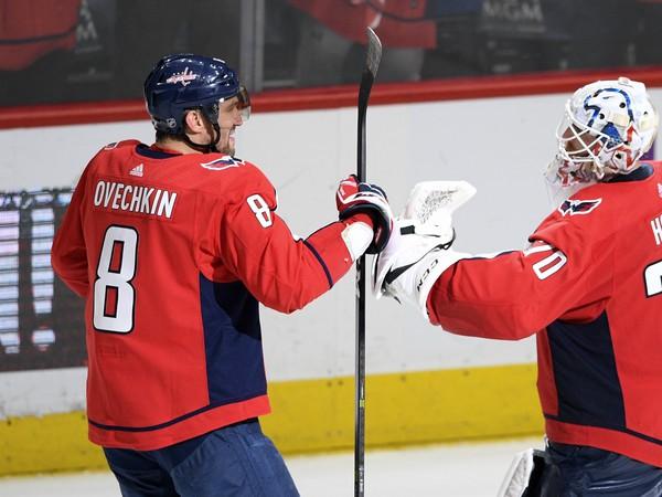 Alexander Ovečkin a Braden Holtby sa radujú z víťazstva